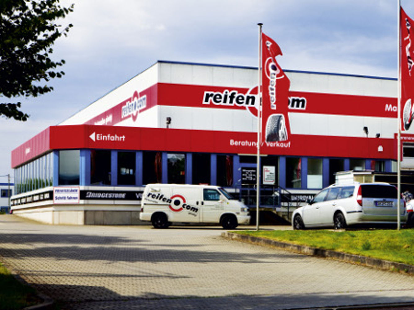 Zufahrt reifen.com-Filiale  in Schkeuditz