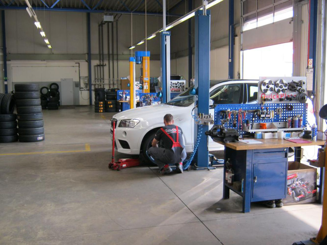 Lifting platforms and mounting tyres