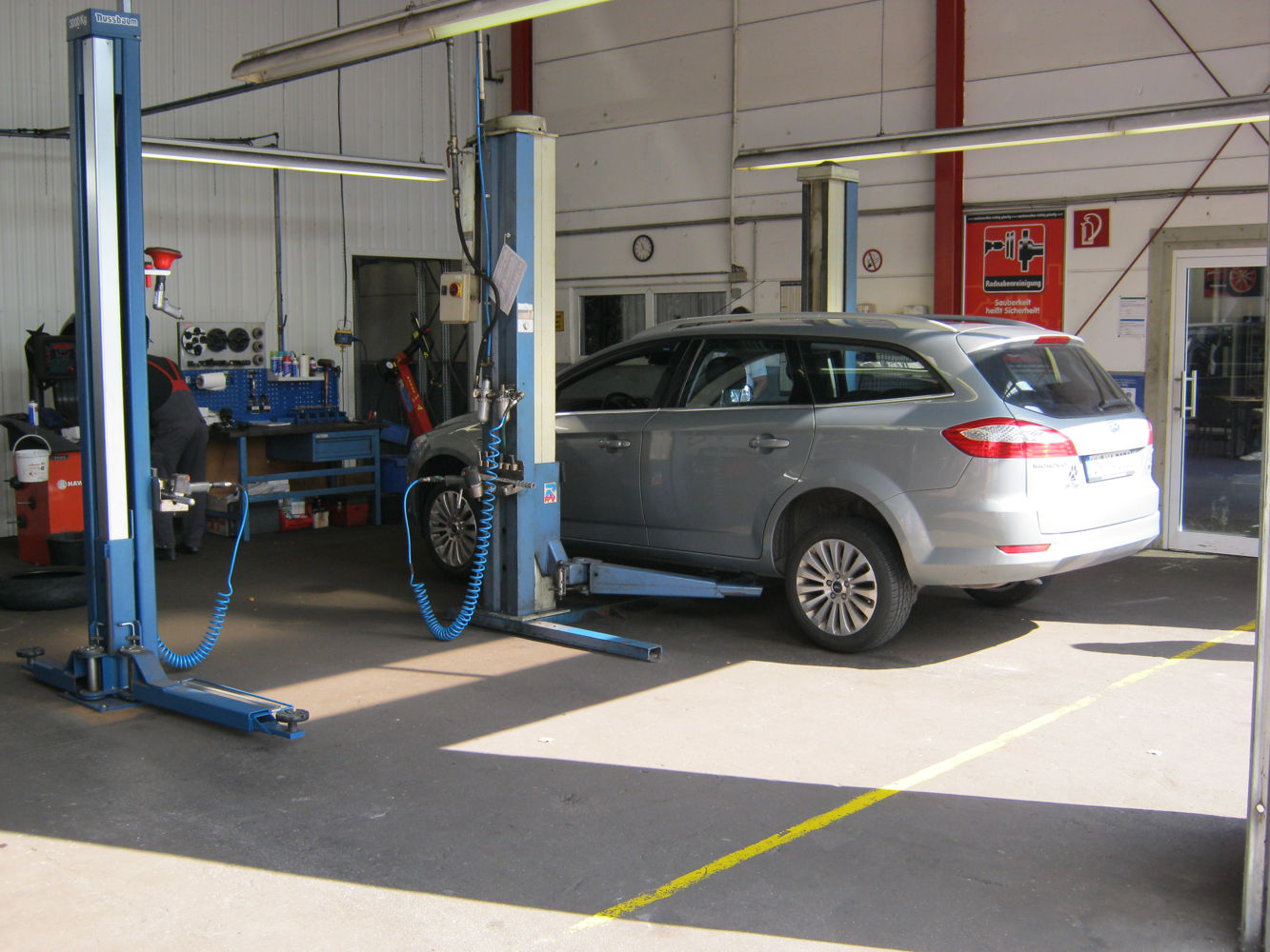 Tyre change on one lifting platform