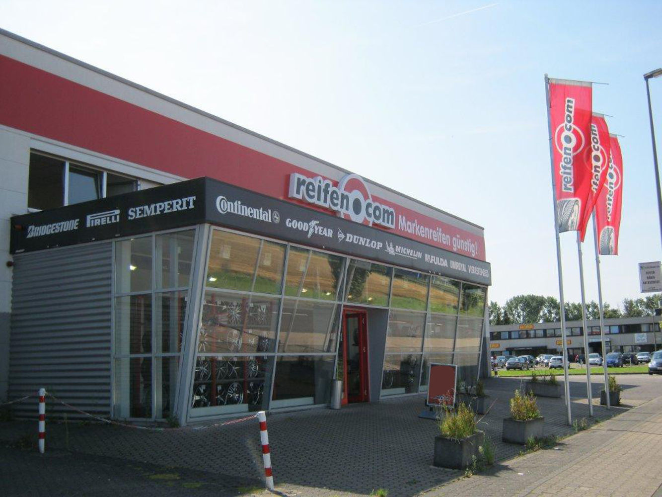 Eingangsbereich reifen.com-Filiale in Köln Hahnwald