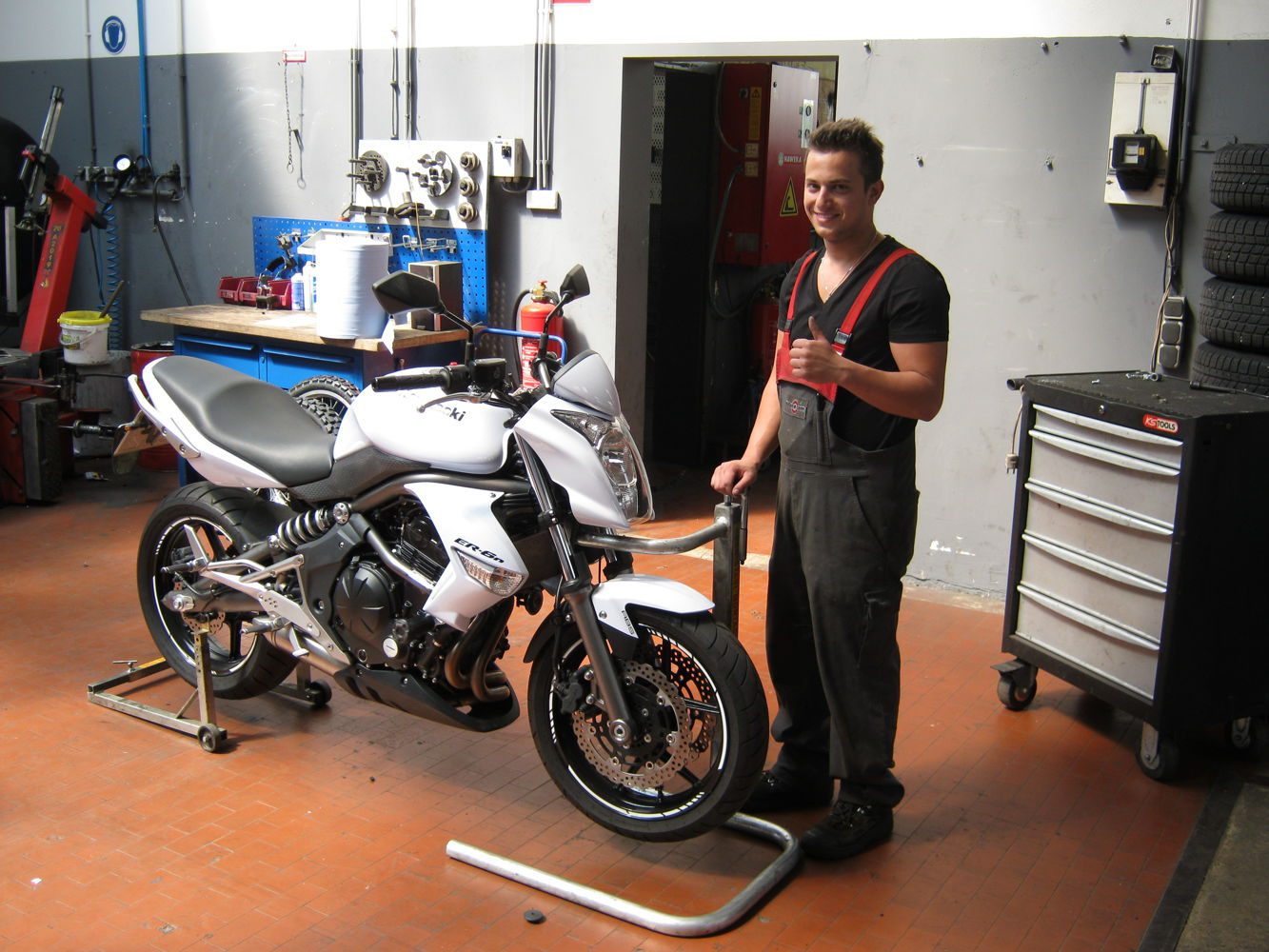 Fitting motorcycle tyres