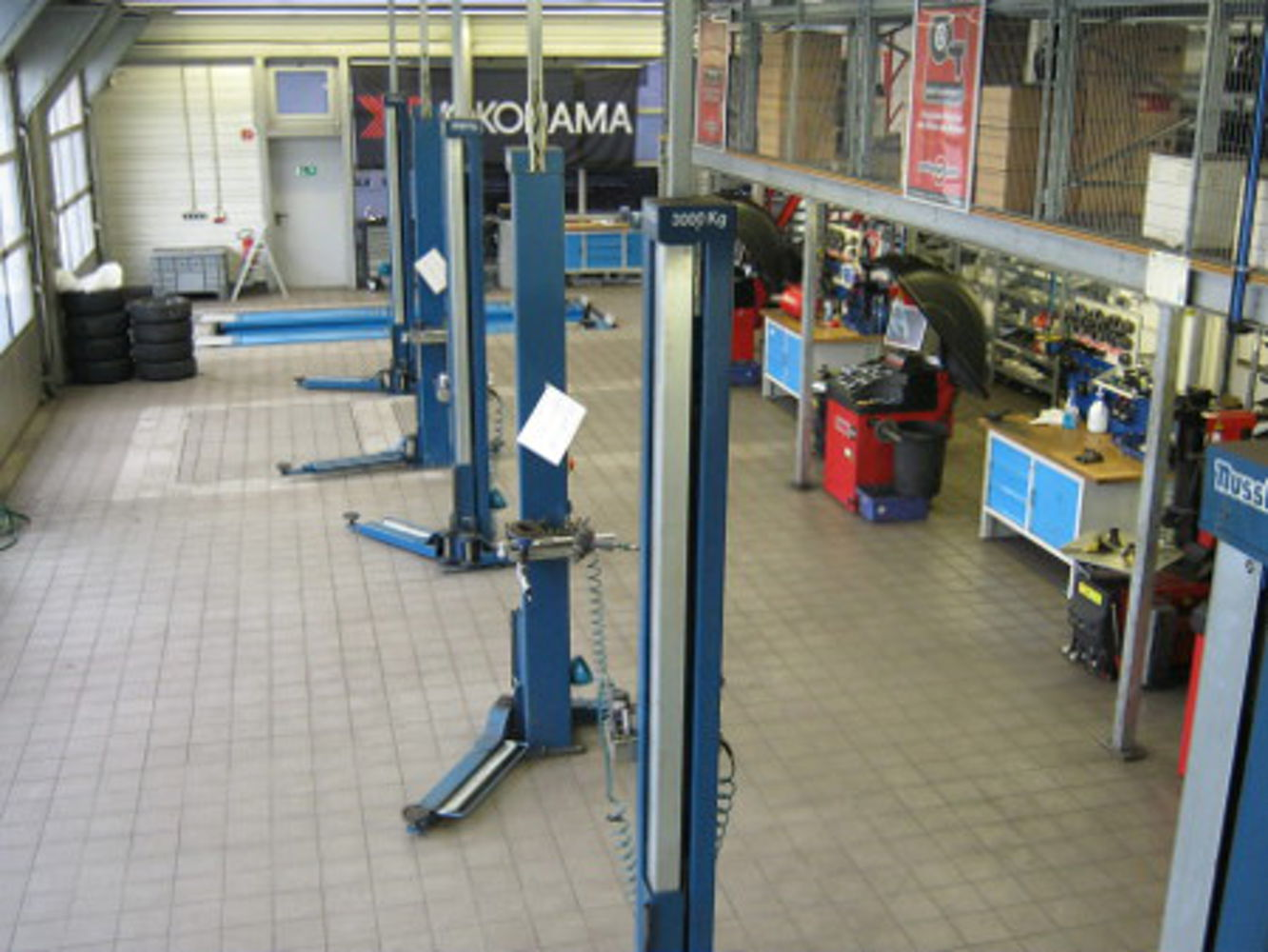 Lifting platforms for tyre service